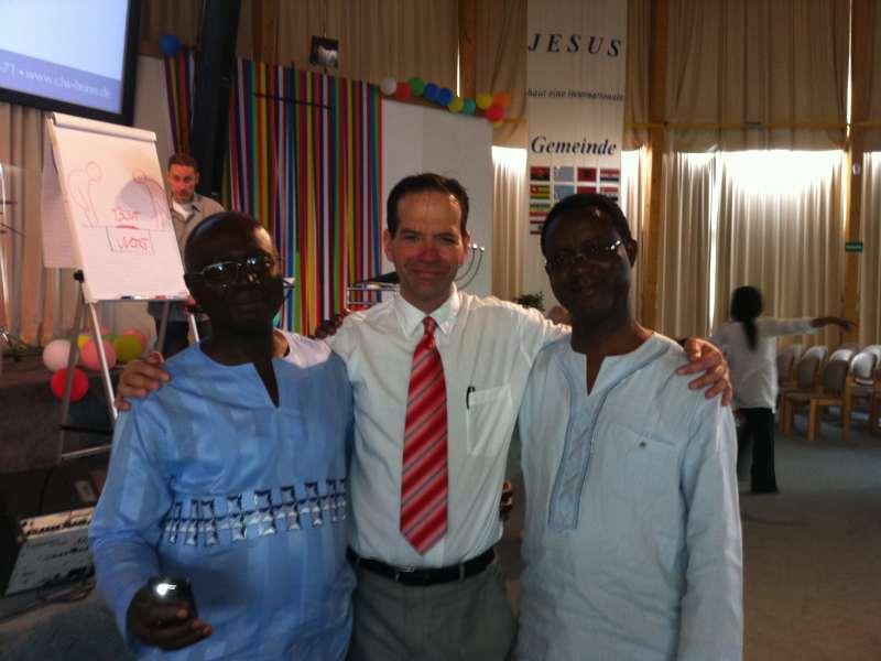 Pastor Mario mit zwei afrikanischen Brüdern (Foto: privat)